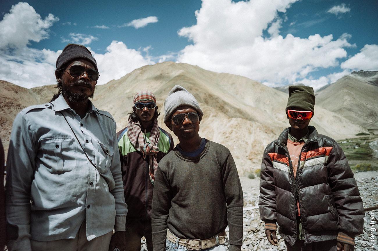 Bewohner der Anden mit Sonnenbrillen von SHADES OF LOVE