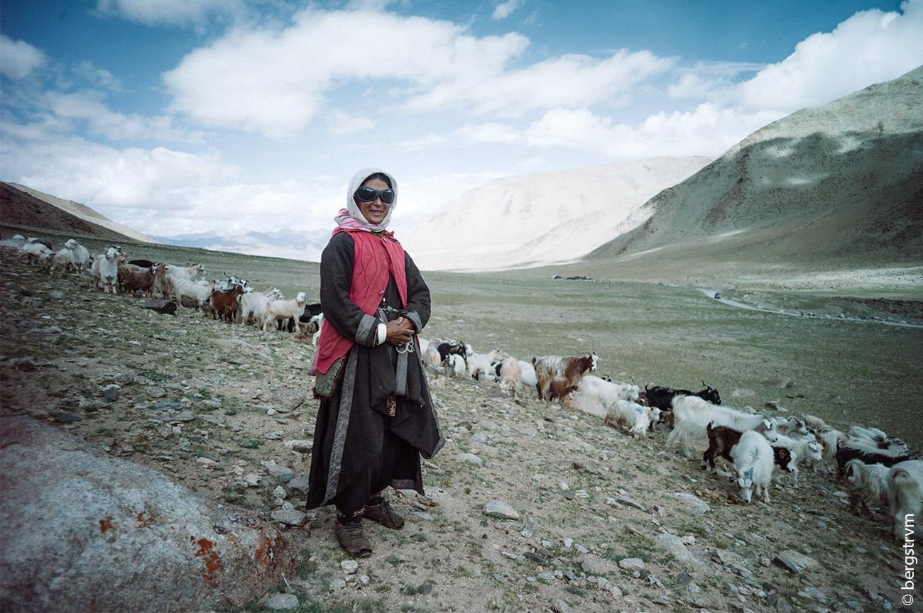 Ziegenhüterin in den Anden mit Sonnenbrille von SHADES OF LOVE